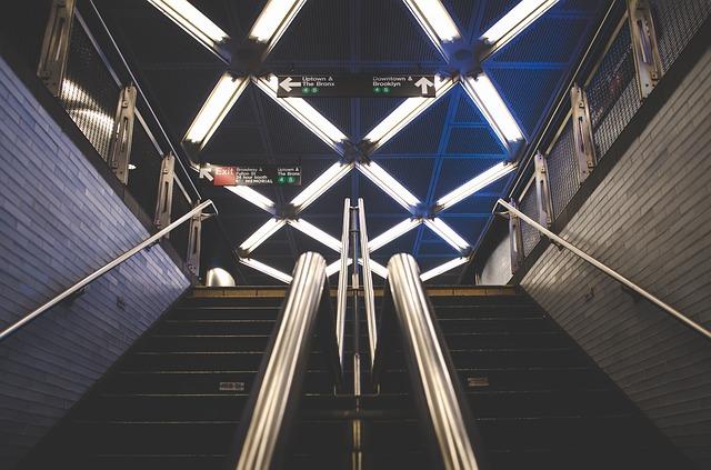 subway-863422_640